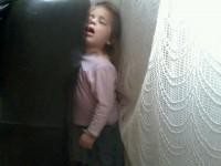 Zoé hiszti után állva bealudt :)