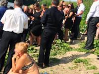 Fürdőruhában napozott a temetésen