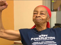 Amerikában például rommá verte a 82 éves testépítő nő a hozzá betörő férfit.