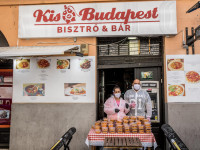 Egy budapesti étterem tulajdonosai ételt osztanak a koronavírus okozta válságban