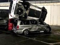 Kirúgták a Merci-gyárból,és legyalult félszáz vadiúj autót